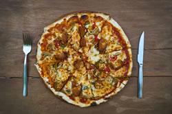 Pizza mit Besteck essen