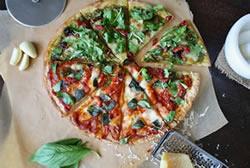 Eine Pizza die mit einem Pizzaschneider geschnitten wurde