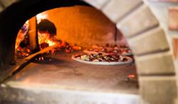 Pizza im Steinofen zubereiten