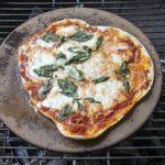 Pizza mit einem Pizzastein auf dem Grill zubereiten